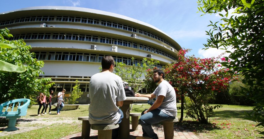 Eines der Hauptgebäuder der UDESC im brasilianischen Florianopolis. Mehr Brutalsimus und Neues Bauen hier. Dafür aber auch mehr Palmen und Strand!